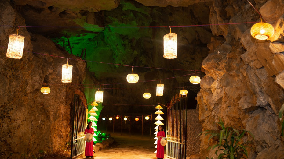Entrance decoration for event in Ngu Dong Cave - Bhaya Cruises